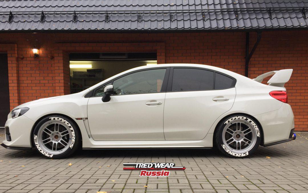 Subaru Impreza STI и белые наклейки на колеса TOYO TIRES PROXES